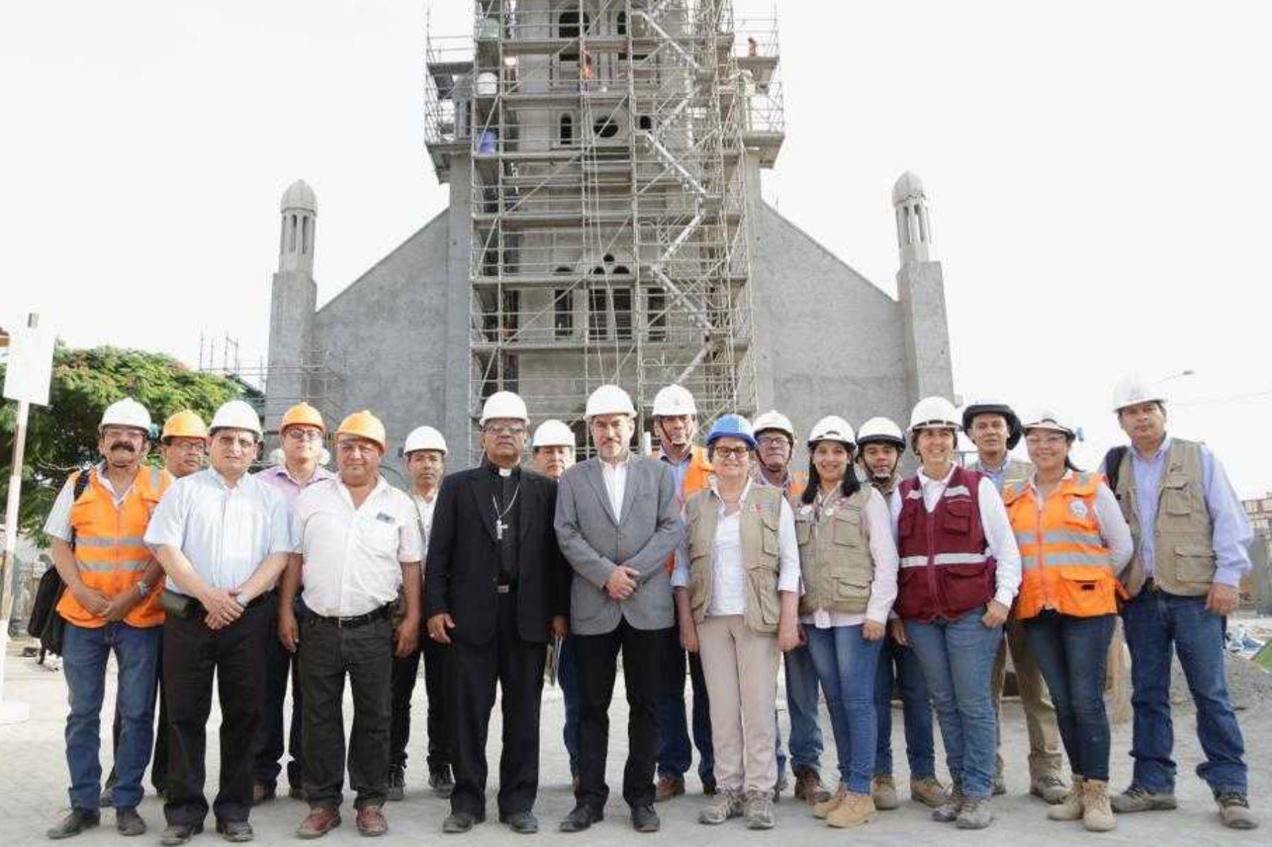 El ministro de Cultura, Rogers Valencia, llegó hoy a la región Ica para supervisar la reconstrucción del Templo del Señor de Luren, cuya infraestructura resultó seriamente dañada por el terremoto de agosto de 2007.