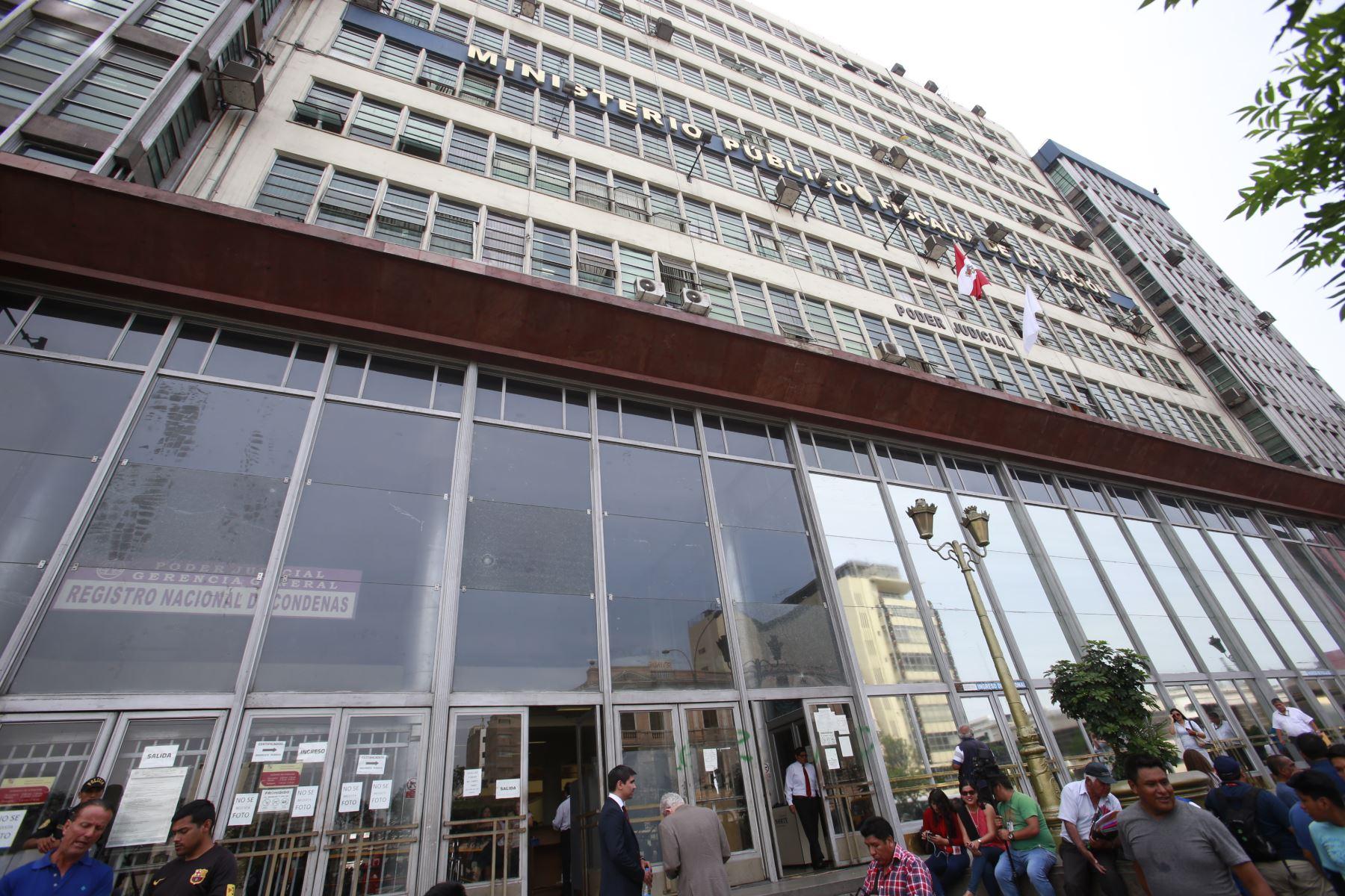 Sociedad civil se manifiesta contra el ex Fiscal de la Nación Pedro Chyavarry en la puerta del Ministerio Público, tras el anuncio de su renuncia.  Foto: ANDINA/Nathalie Sayago