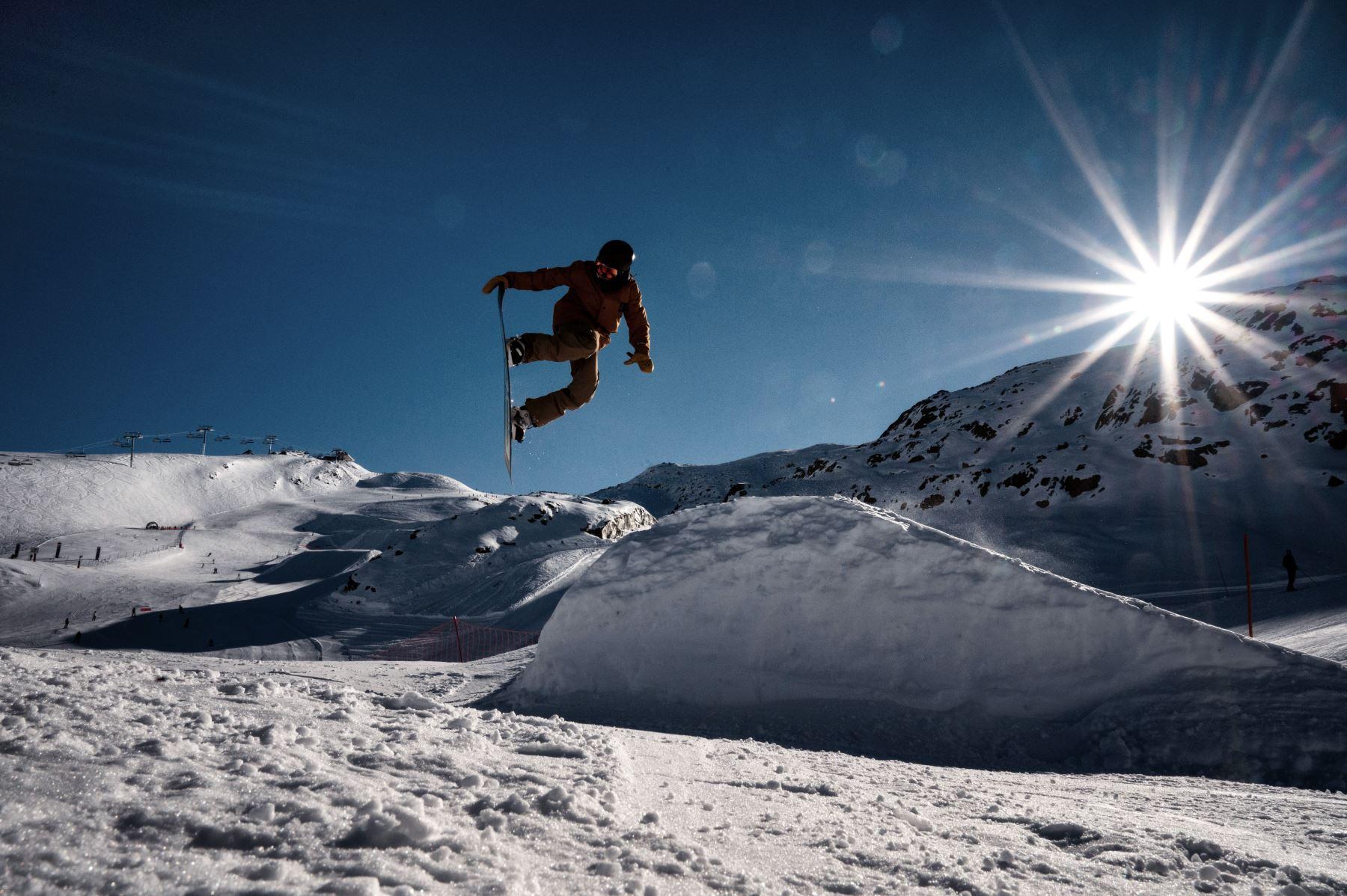 Un hombre monta su snowboard en un snowpark ubicado en una ladera de la estación de esquí de los Alpes franceses de Les Deux Alpes. AFP