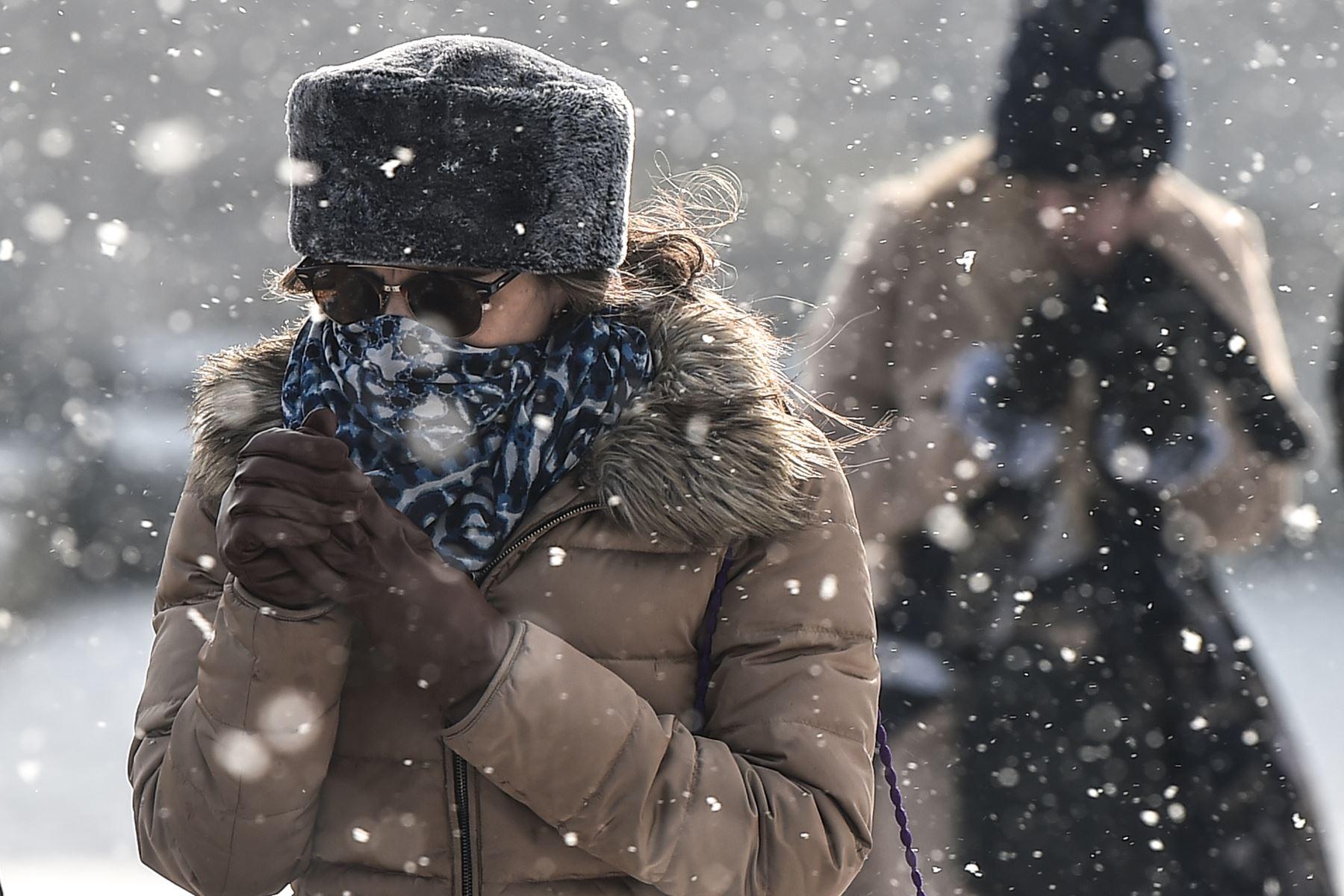 Una mujer camina en la terraza de la mezquita de Suleymaniye  durante las nevadas sobre la ciudad turca de Estambul. AFP