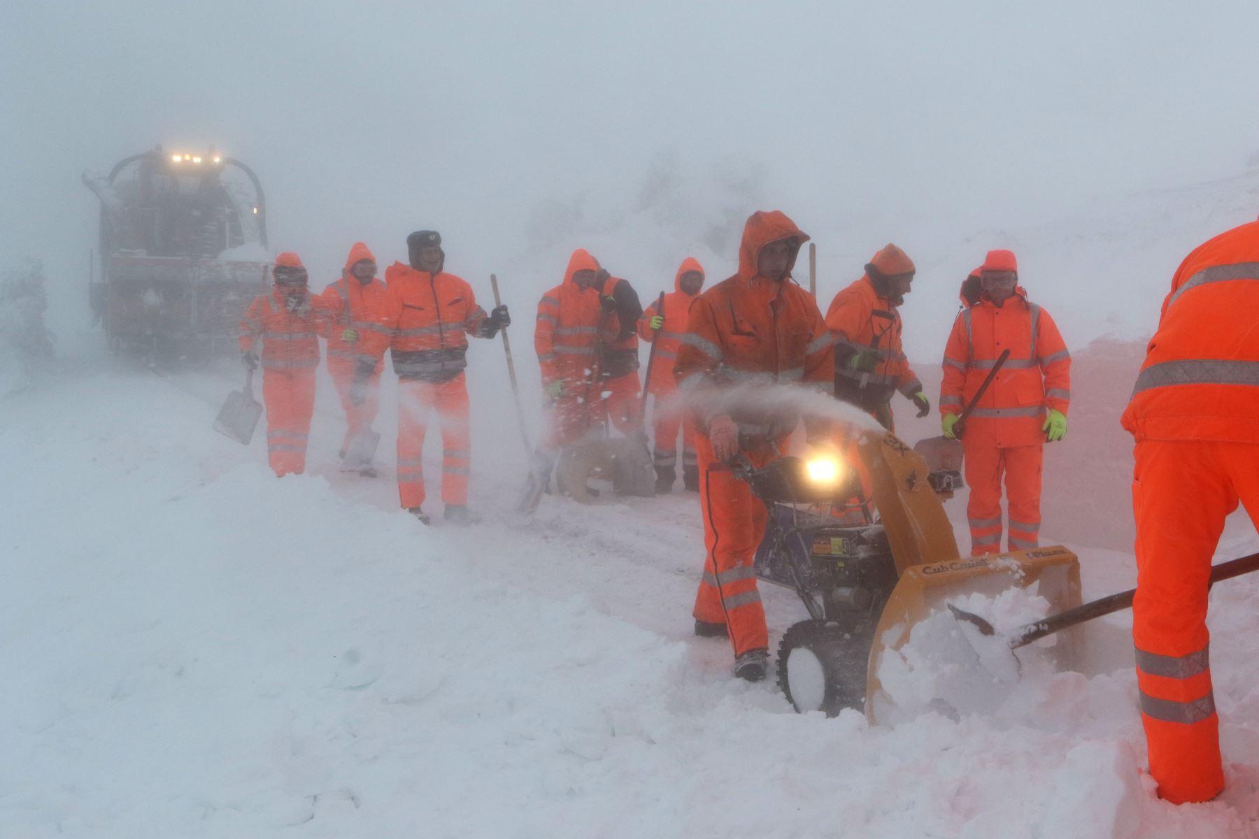 Los trabajadores intentan liberar un tren  de la vía estrecha Harzer Schmalspurbahn que se atascó en la nieve en la montaña Brocken en la región de Harz cerca de Schierke, Alemania central. AFP