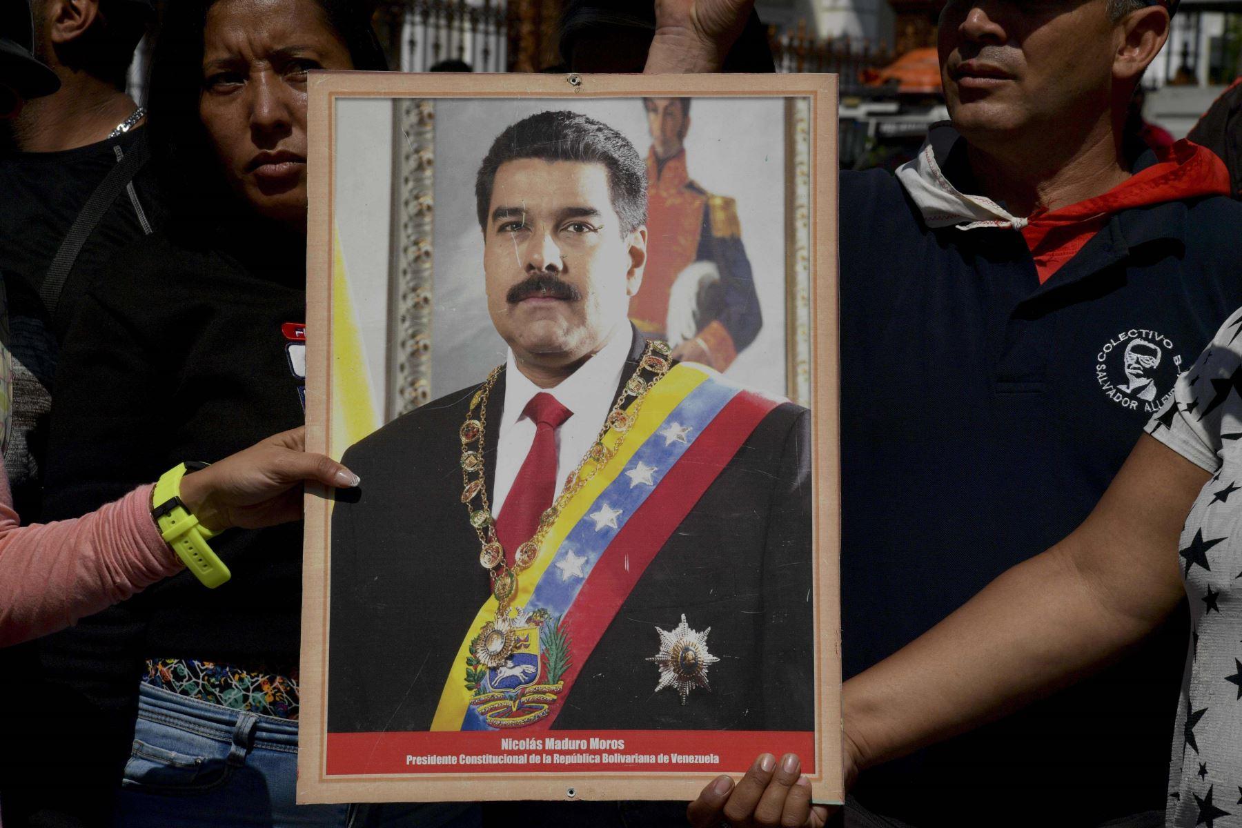 Simpatizantes del presidente venezolano Nicolás Maduro sostienen un retrato de él Foto: AFP