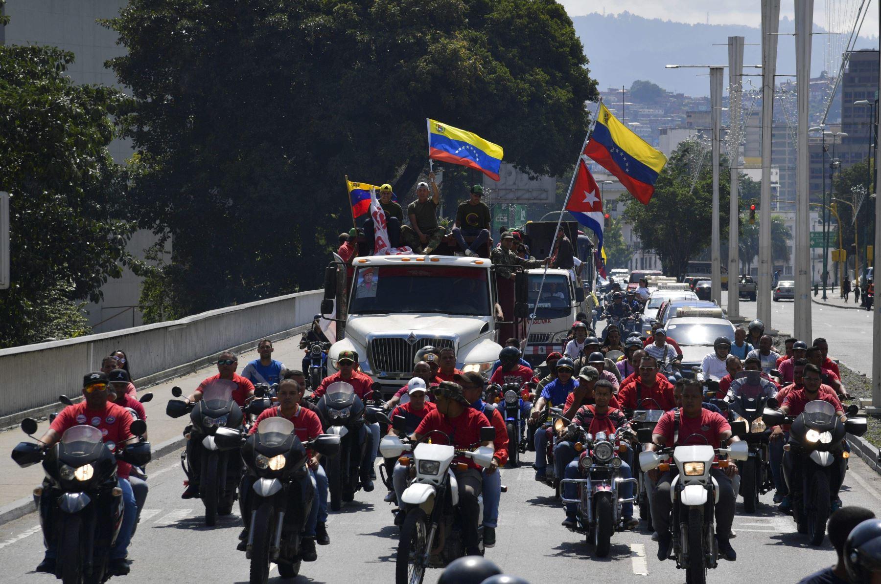 Partidarios del presidente venezolano Nicolás Maduro en motocicletas, camiones y automóviles participan en un mitin Foto: AFP