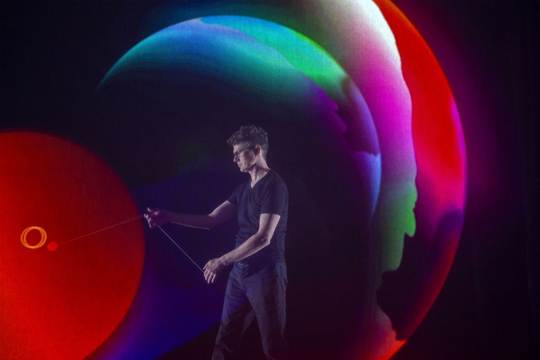 El experto en YoYo Mark Hayward realiza trucos con un sensor en un YoYo dentro de la sección Mapa de proyección y seguimiento en tiempo real de la exhibición de Panasonic durante el CES 2019 en Las Vegas. AFP