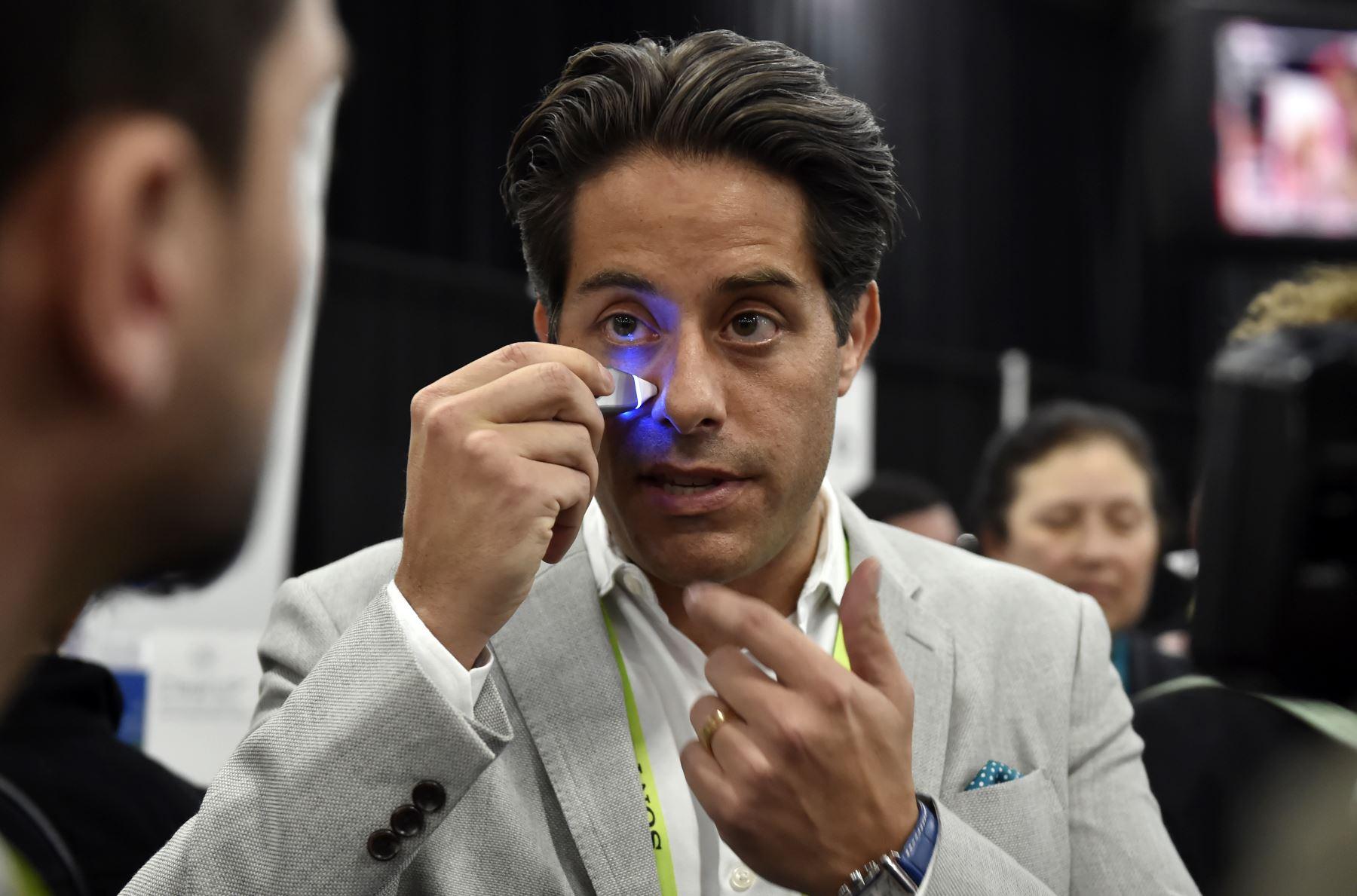 Blake Gurfein de Tivic Health Systems muestra un analgésico Clear Up sinus durante un evento de prensa para CES 2019 en Las Vegas, Nevada.  AFP