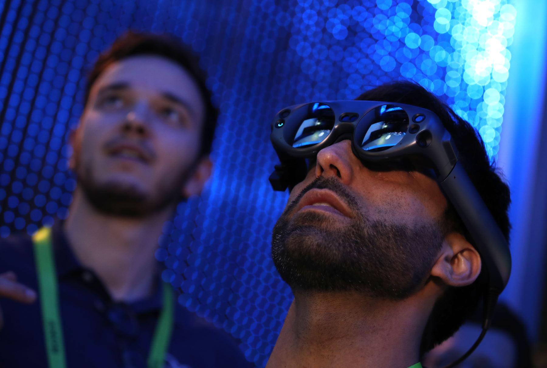 Un asistente utiliza la plataforma de reuniones holográficas de Mimesys en el stand de Intel durante el CES 2019. AFP