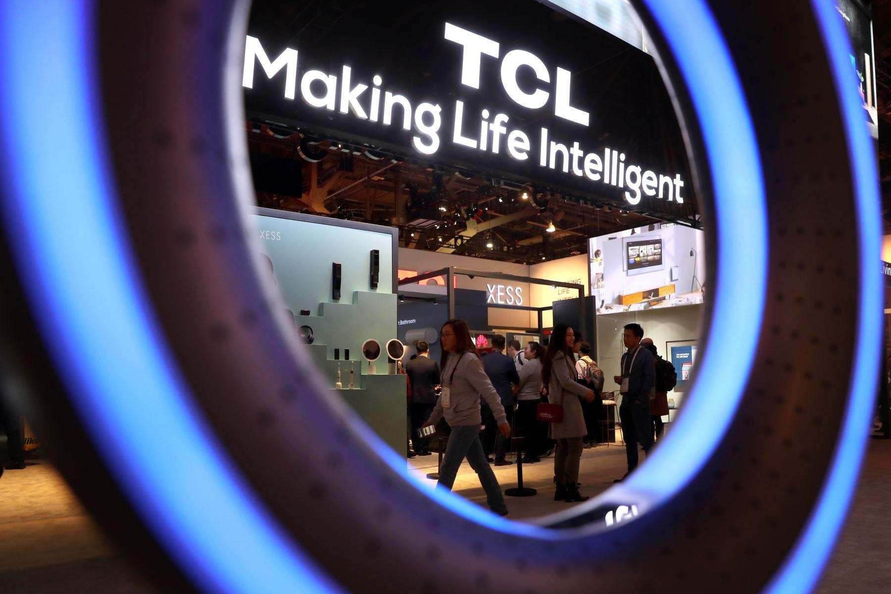 Los asistentes visitaron el stand de TCL durante el CES 2019 en el Centro de Convenciones de Las Vegas. CES, la feria comercial de tecnología del consumidor más grande del mundo, se extiende hasta el 11 de enero y cuenta con aproximadamente 4,500 expositores que muestran sus últimos productos y servicios a más de 180,000 asistentes. AFP