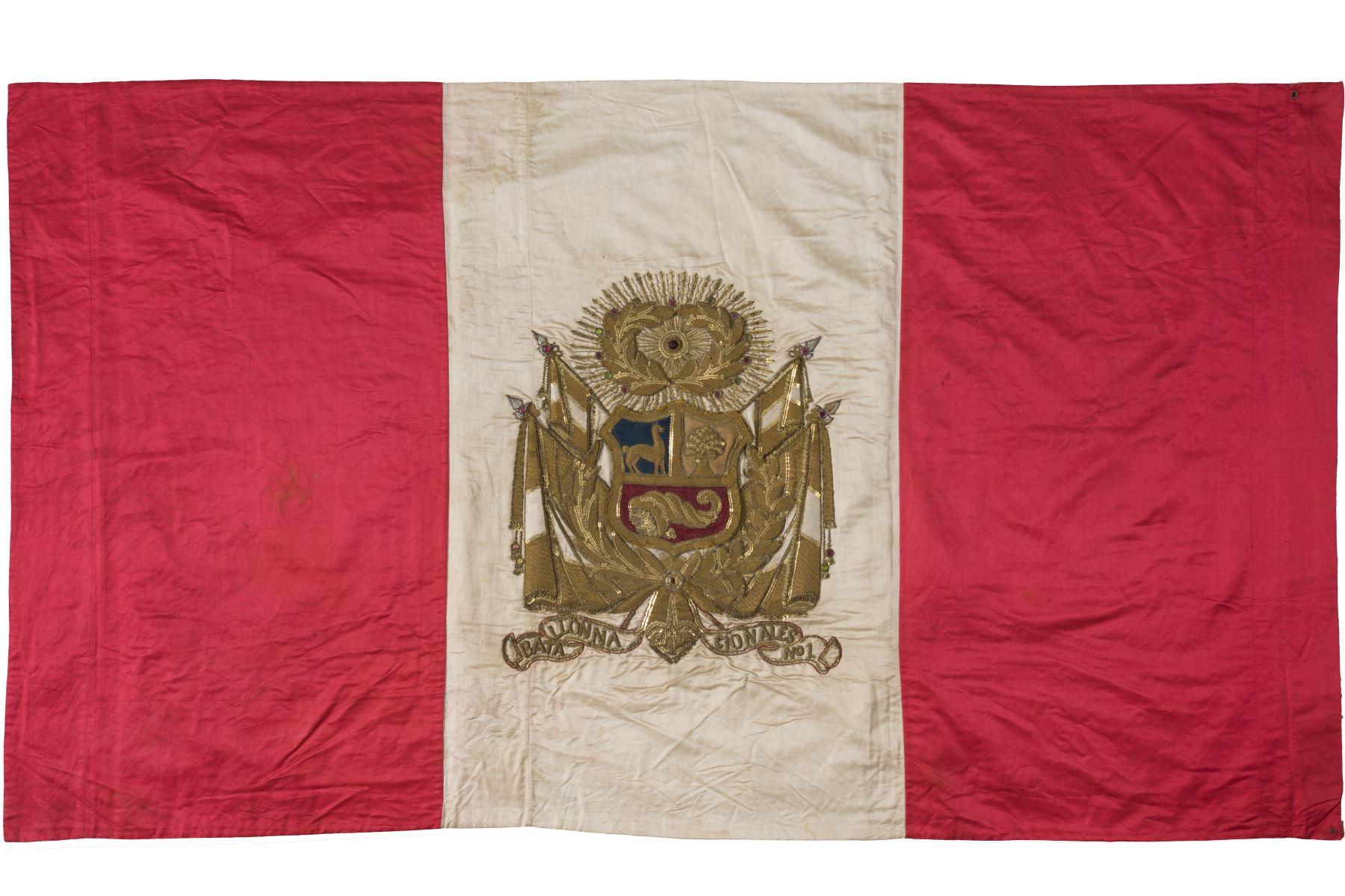Escudo de oro bordado en el pabellón del Batallón Nacionales Nº1. Foto: Cortesía