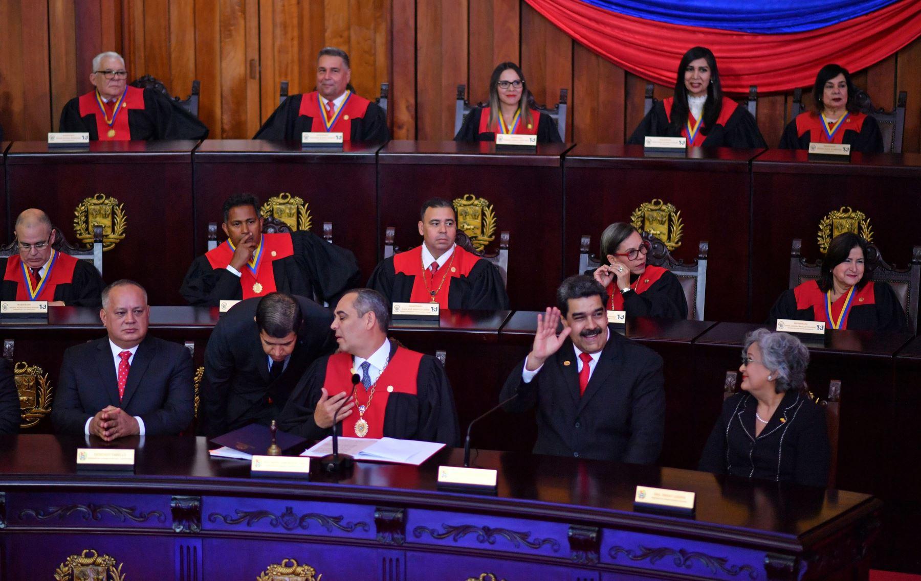 El presidente de Venezuela, Nicolás Maduro (2da R) saluda al presidente de la Corte Suprema de Justicia (TSJ), Maikel Moreno (C) y al congresma Diosdado Cabello (L), a su llegada a la ceremonia de inauguración de su segundo mandato, en la sede del TSJ en Caracas.  Maduro comienza un nuevo término que los críticos consideran ilegítimo, con la economía en caída libre y el país más aislado que nunca. AFP