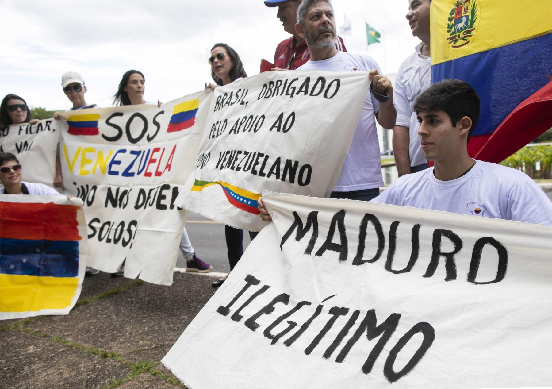 Los venezolanos que viven en Brasil participan en una protesta contra el presidente venezolano Nicolás Maduro, que está comenzando su segundo mandato, frente al Palacio Itamaraty en Brasilia, Brasil. AFP