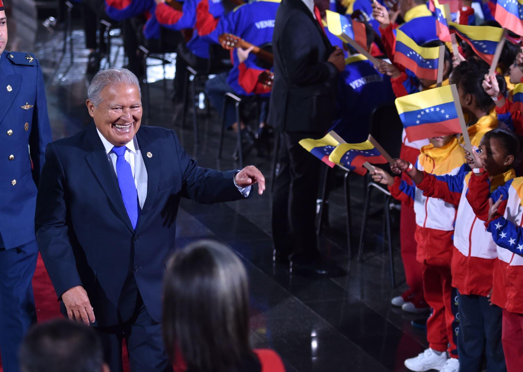 El presidente de El Salvador, Salvador Sánchez Cerén (L), sonríe al llegar a la ceremonia de inauguración del segundo mandato del presidente de Venezuela, Nicolás Maduro, ante la Corte Suprema de Justicia. AFP