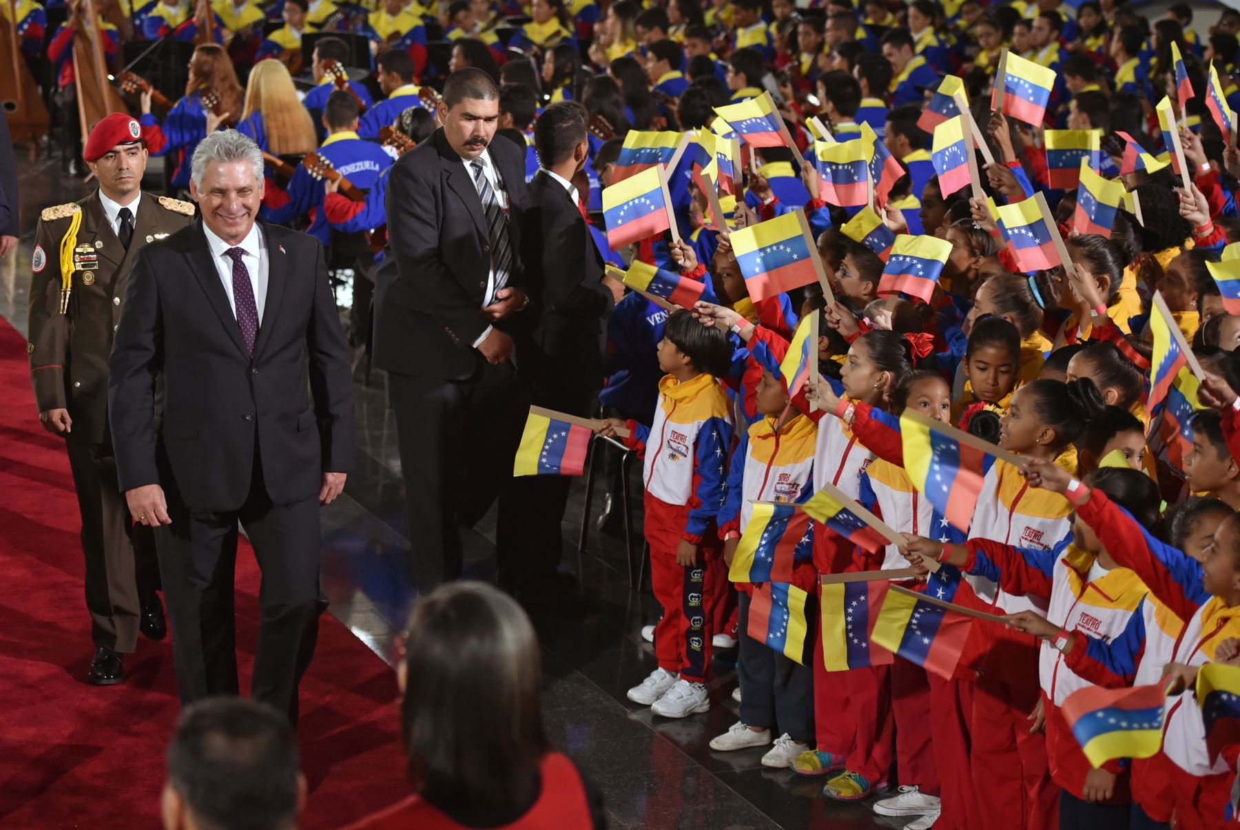 El presidente de Cuba, Miguel Díaz-Canel (2º L), camina a su llegada para la ceremonia de inauguración del segundo mandato del presidente de Venezuela, Nicolás Maduro. AFP