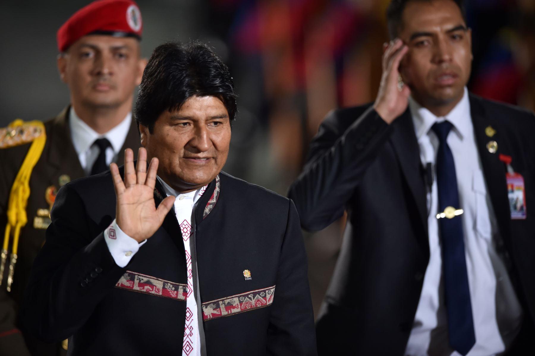 El presidente de Bolivia, Evo Morales, saluda al llegar a la ceremonia de inauguración del segundo mandato del presidente de Venezuela, Nicolás Maduro. AFP