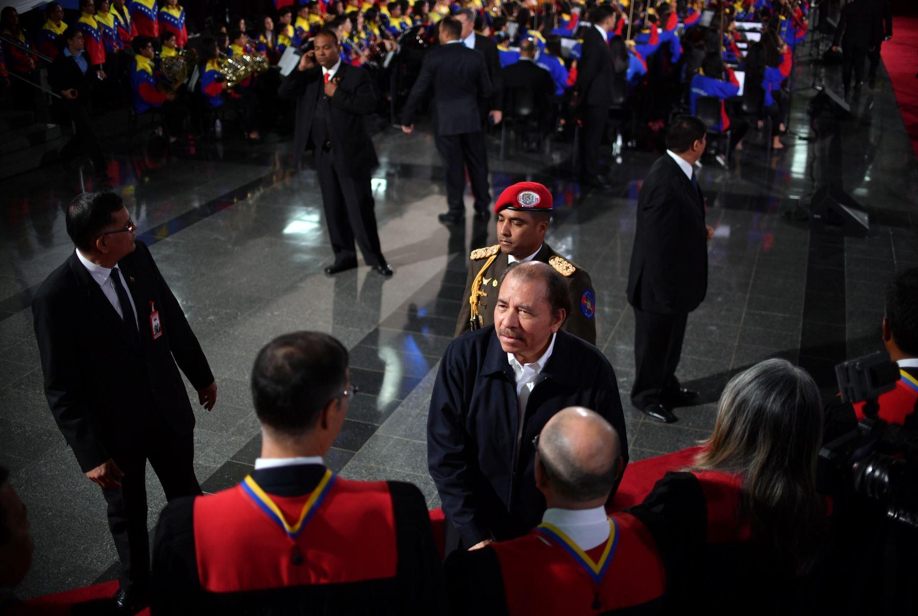 El presidente de Nicaragua, Daniel Ortega (C), saluda a los miembros de la Corte Suprema de Justicia (TSJ) a su llegada para la ceremonia de inauguración del segundo mandato del presidente de Venezuela, Nicolás Maduro.  AFP