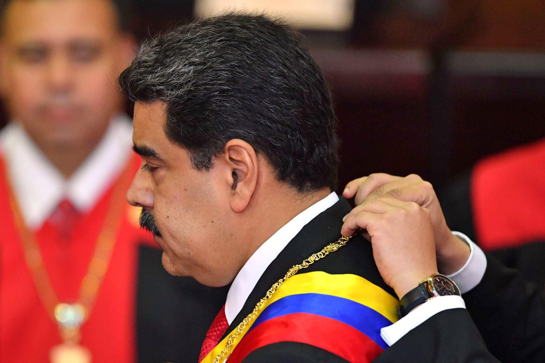 El presidente de Venezuela, Nicolás Maduro, recibe el marco presidencial durante la ceremonia de inauguración de su segundo mandato, en la sede del TSJ en Caracas.  Maduro comienza un nuevo mandato que los críticos consideran ilegítimo, con la economía en caída libre y el país. mas aislado que nunca. AFP