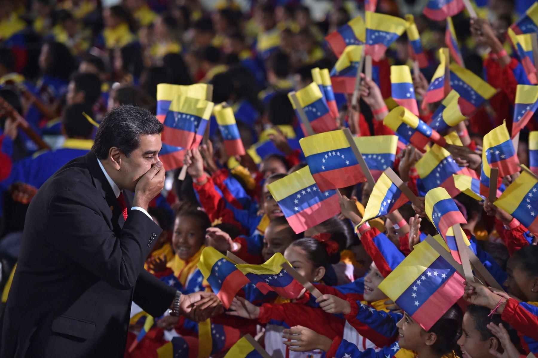 El presidente de Venezuela, Nicolás Maduro, saluda a los niños a su llegada para la ceremonia de inauguración de su segundo mandato. AFP