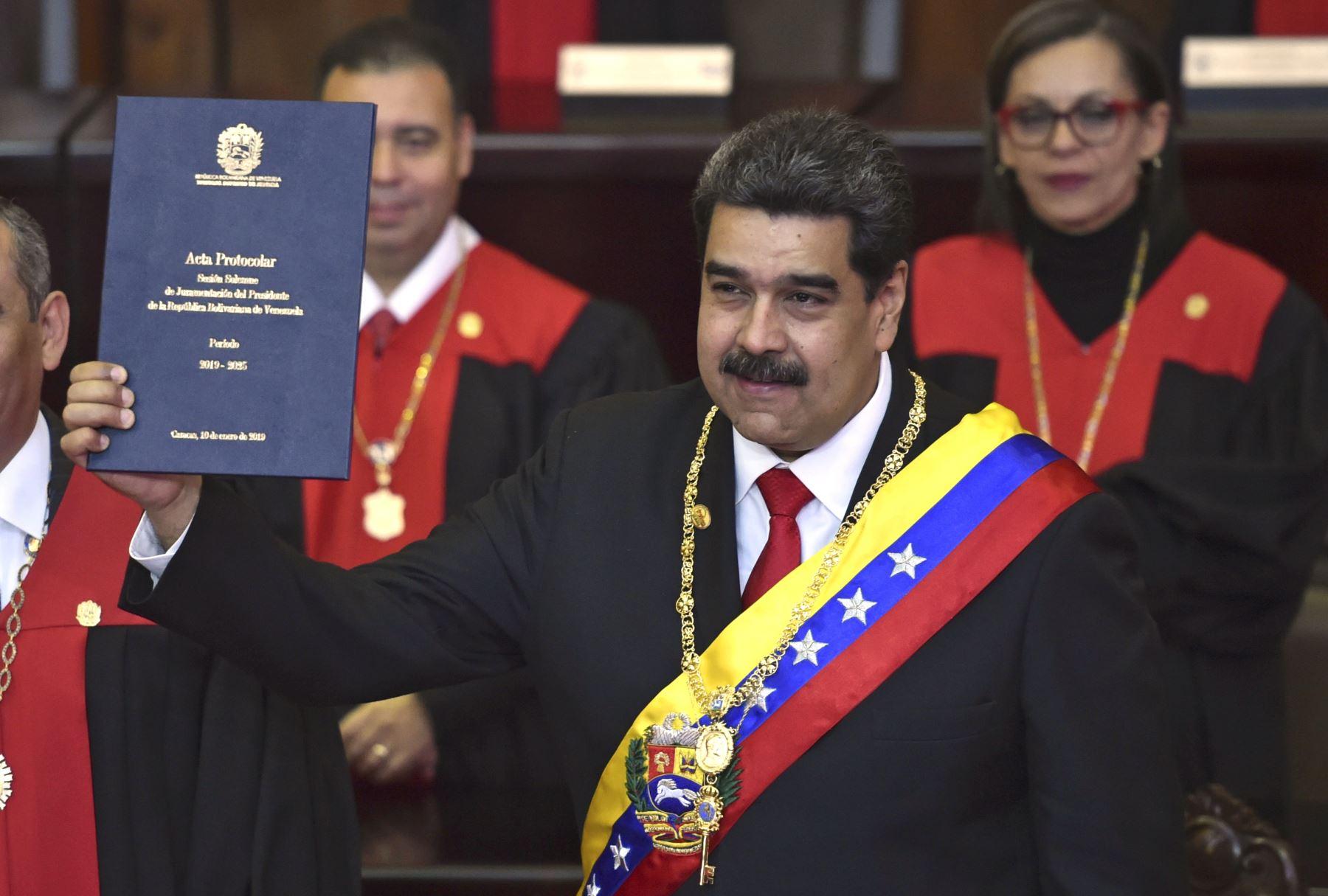 El presidente de Venezuela, Nicolás Maduro, muestra el certificado de protocolo de la ceremonia de inauguración en la sede del TSJ en Caracas. AFP