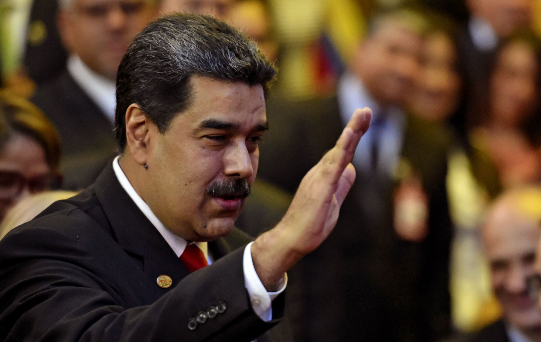 El presidente de Venezuela, Nicolás Maduro, saluda a su llegada a la ceremonia de inauguración de su segundo mandato en la Corte Suprema de Justicia (TSJ). AFP