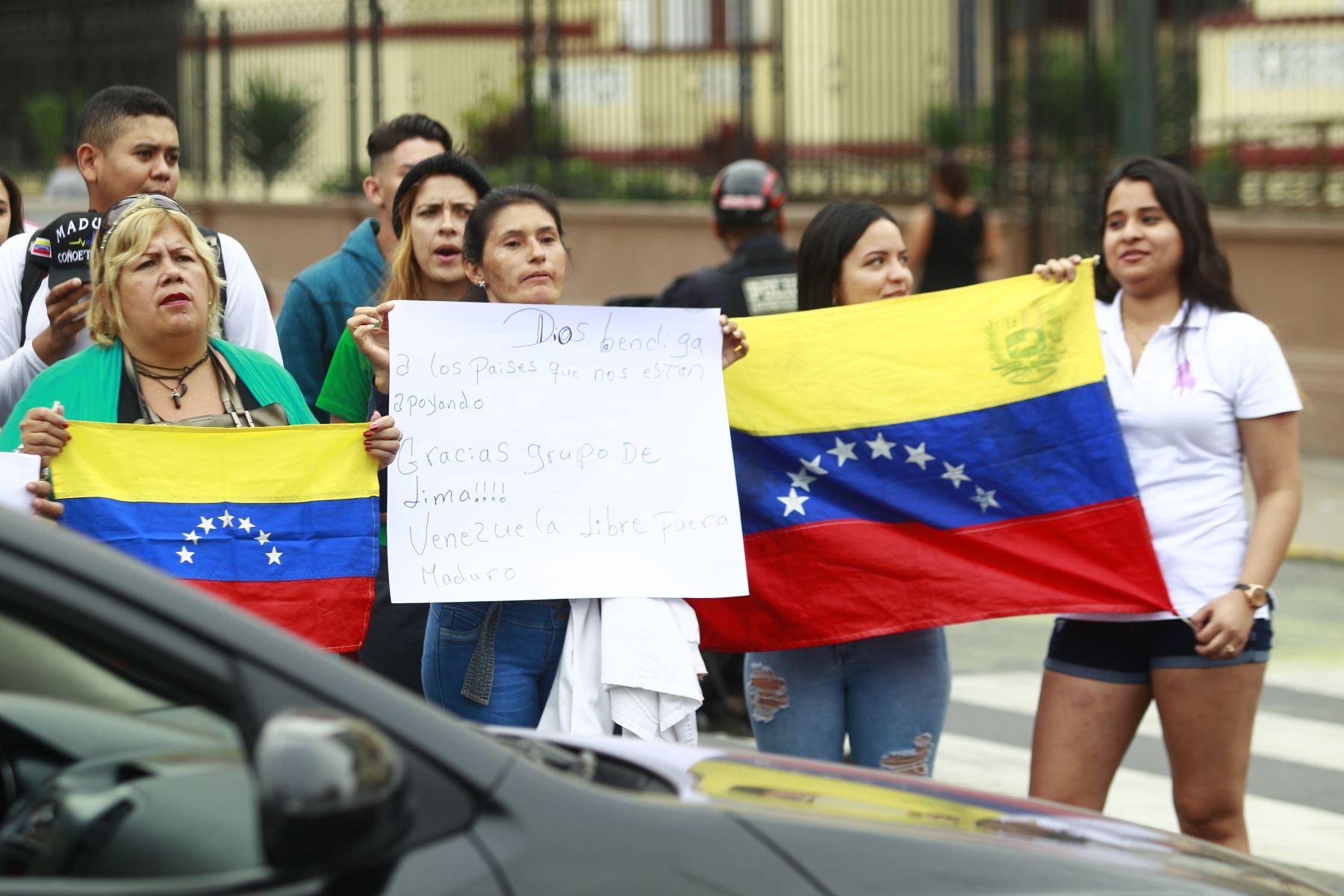 Ciudadanos venezolanos protestan contra el gobierno de Nicolás Maduro frente a la embajada de Venezuela en Lima.Foto: ANDINA/Eddy Ramos