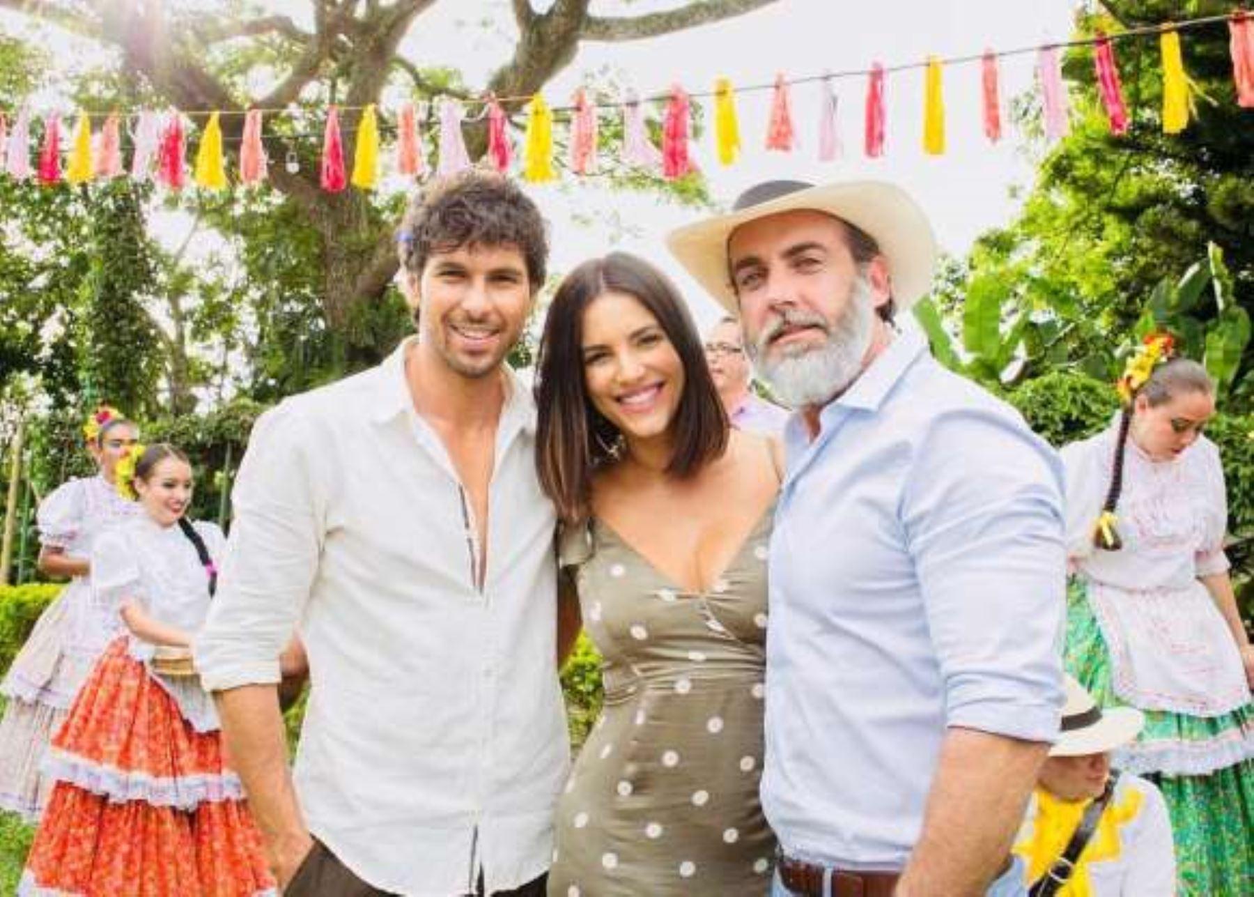 """Jason Day junto a Gaby Espino y Carlos Ponce en """"Jugar con fuego""""."""