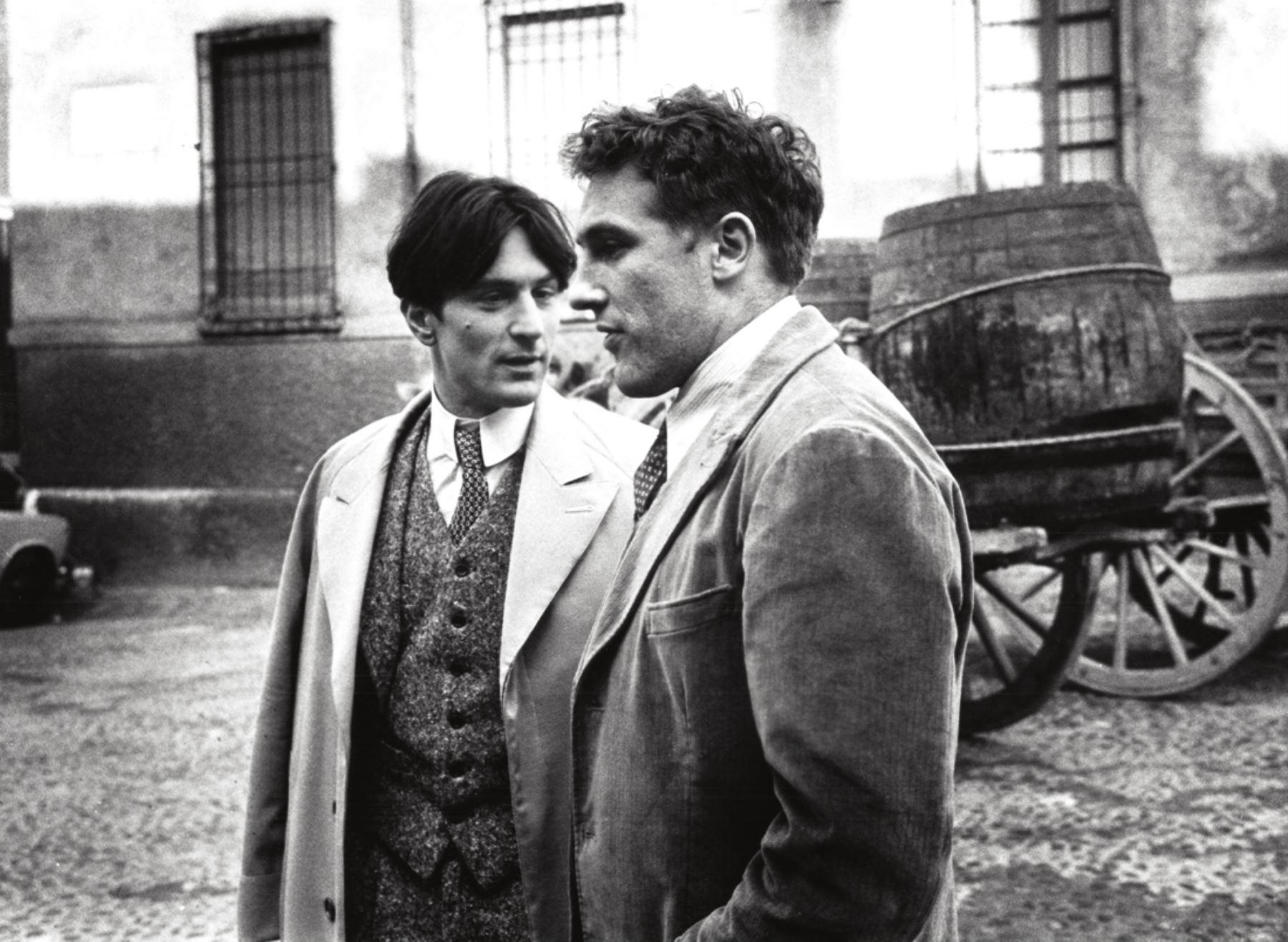 De Niro aparece junto con Gérard Depardieu en la película de Bernardo Bertolucci, Novecento. INTERNET/Medios