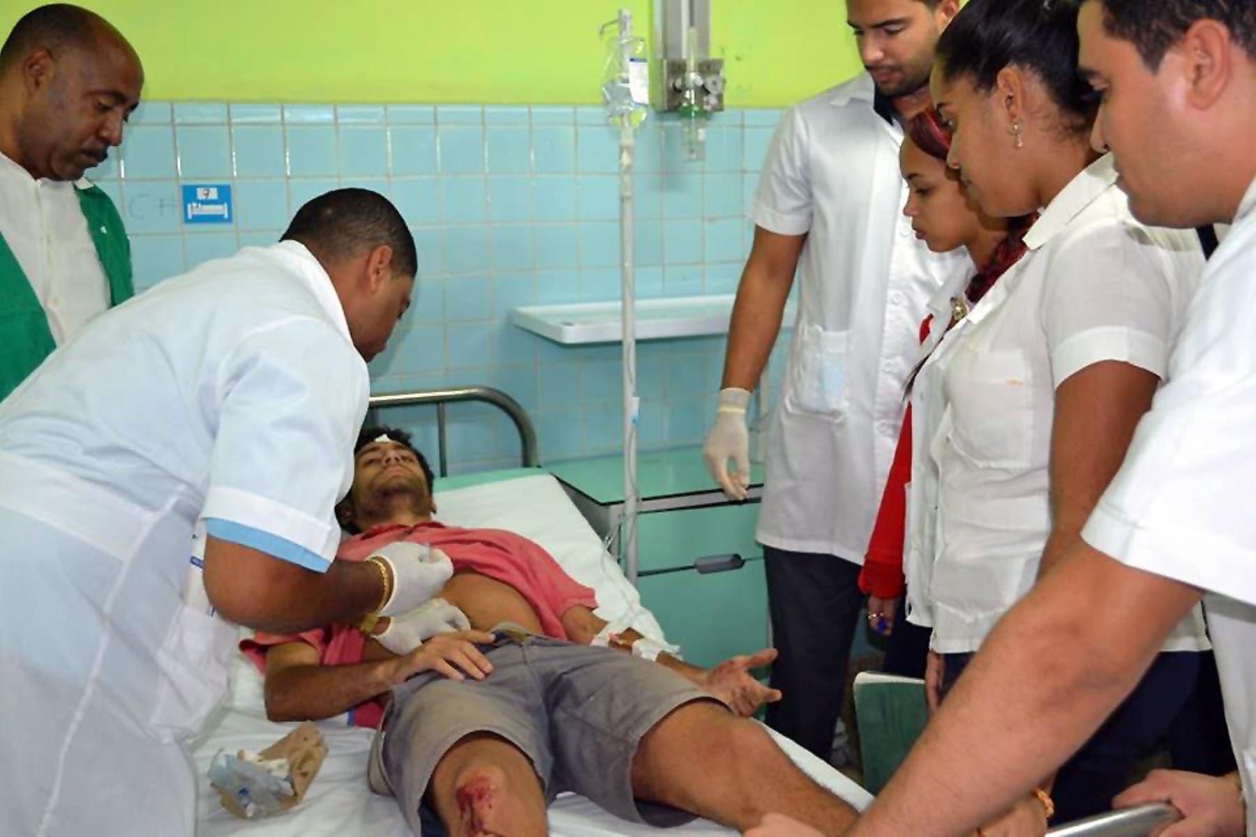 Fotografía cedida por el periódico Juventud Rebelde que muestra a heridos del accidente masivo de tráfico ocurridoen la provincia de Guantánamo Foto: EFE