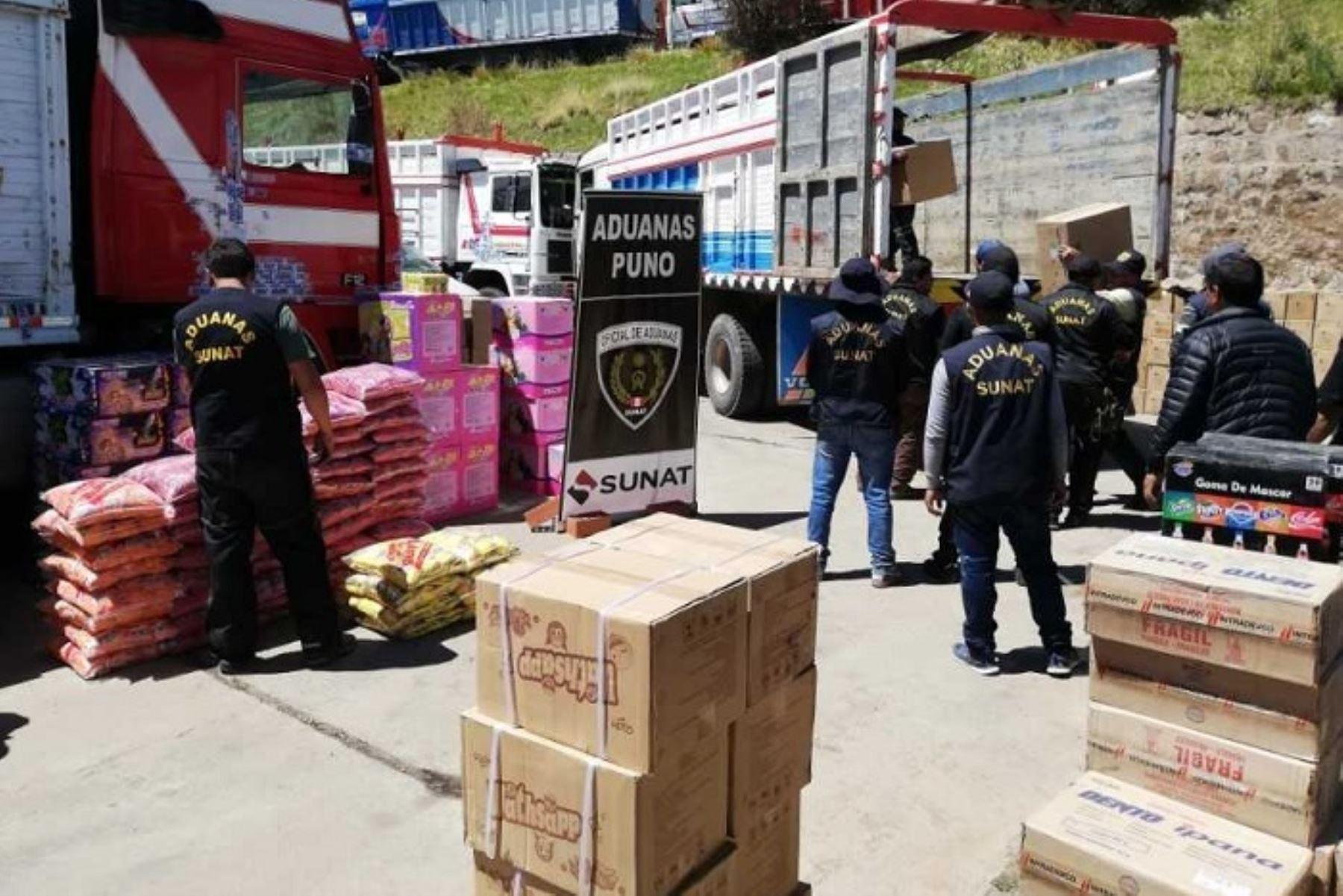 Personal de la Intendencia de Aduana de Puno de la Sunat intervino dos camiones, a la altura del kilómetro 22 de la carretera Huancané-Juliaca, incautando mercancías de procedencia extranjera valorizada en 500,000 soles, que habrían ingresado al país sin ninguna documentación que justifique su legalidad.
