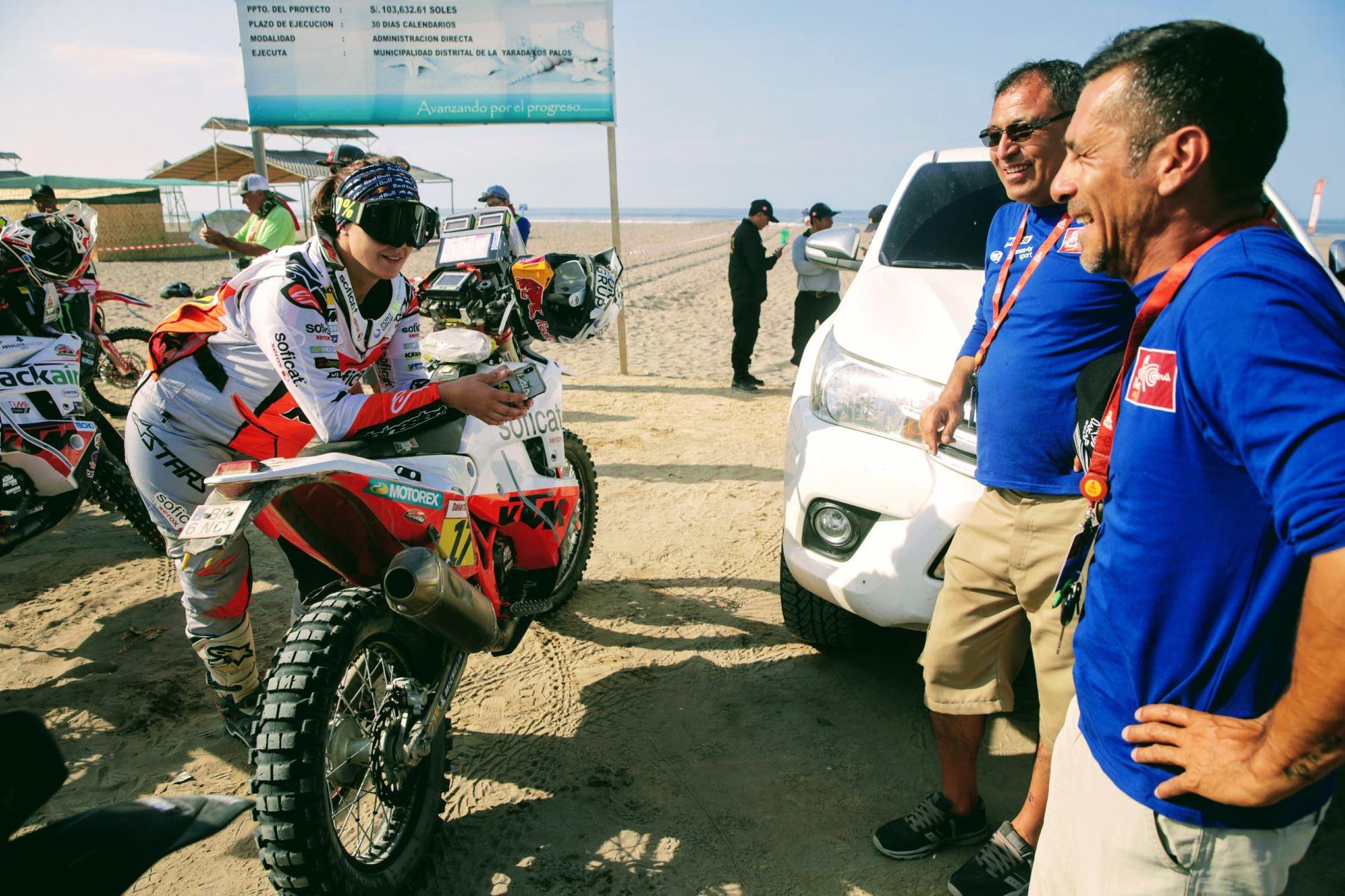 Quinta etapa del Dakar Tacna - Arequipa en partida simultánea frente a la playa Boca de Rio. Foto: ANDINA/Luis Iparraguirre