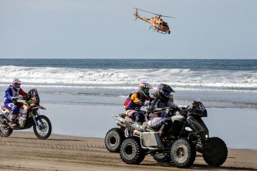 Quinta etapa del Dakar Tacna-Arequipa en partida simultánea frente a la playa Boca de Río. Foto: ANDINA/Luis Iparraguirre.