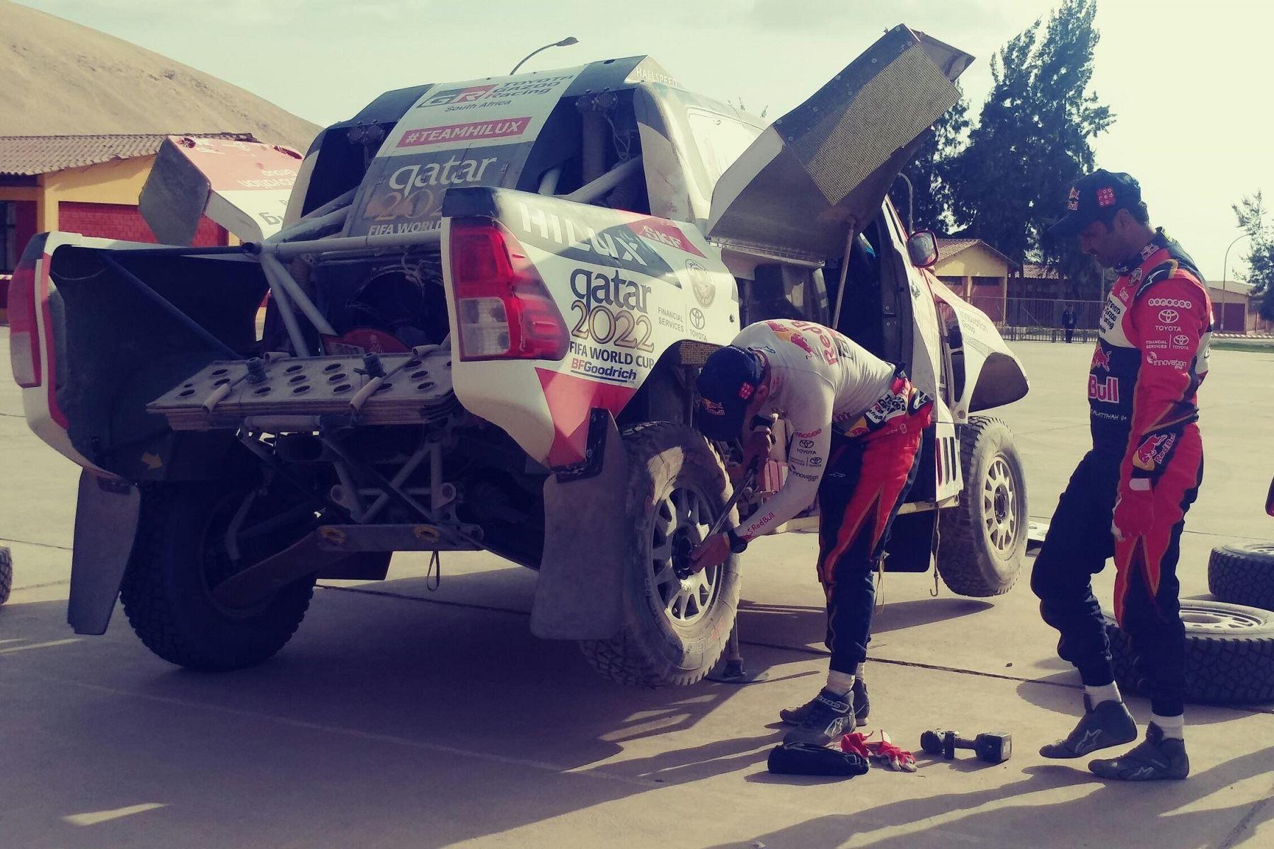 Líder de la general de autos, Nasser Al-Attiyah arregla su vehículo. Foto: Lenin Lobatón/Andina.