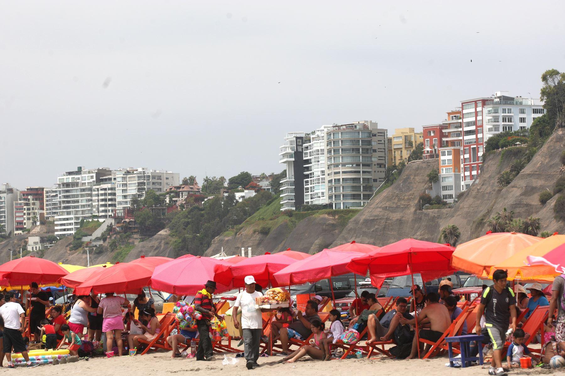 Veraneantes se vuelcan a playas limeñas en busca de sol arena y mar. Foto:ANDINA/Héctor Vinces.