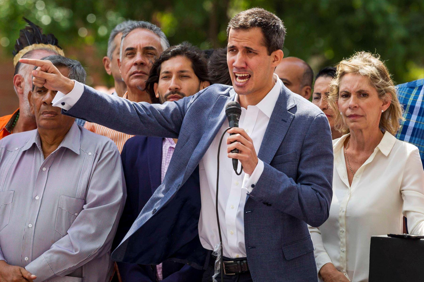 """El presidente de la Asamblea Nacional de Venezuela, Juan Guaidó (c), participa en una concentración de opositores al Gobierno hoy para denunciar la """"ilegitimidad"""" de Nicolás Maduro como presidente del país. EFE/Miguel Gutiérrez"""