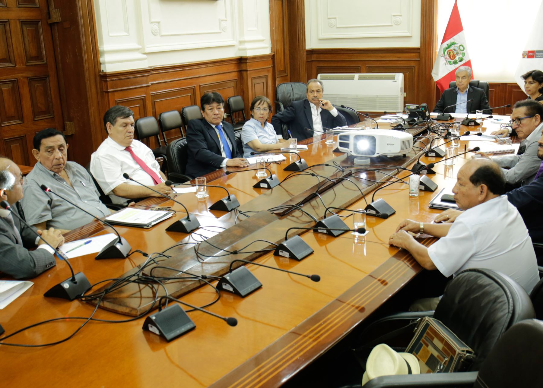 El presidente del Consejo de Ministros, César Villanueva, sostuvo hoy una reunión de trabajo con representantes de las centrales sindicales.