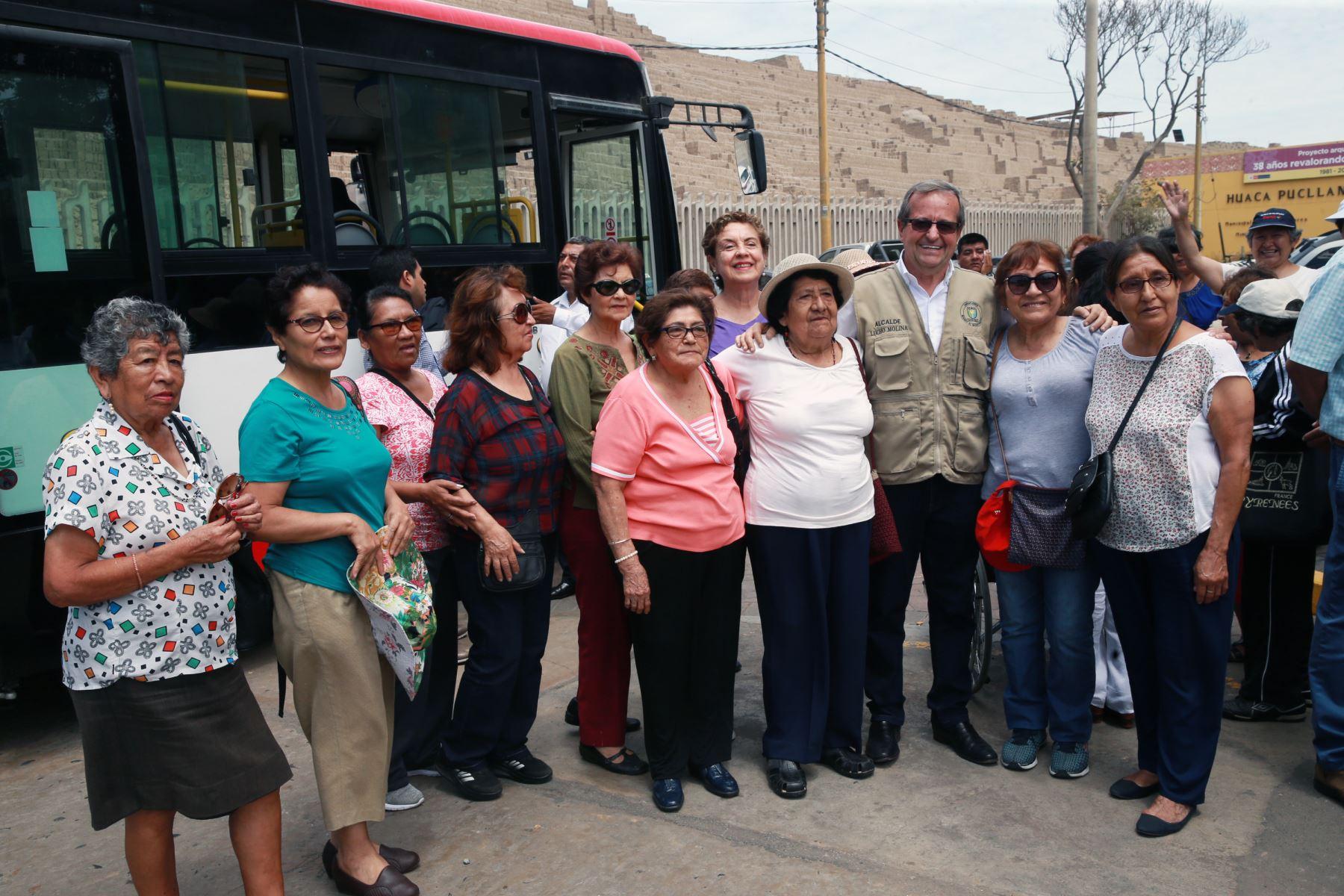 Luis Molina, alcalde de Miraflores, junto a adultos mayores beneficiarios del munibus que fue presentado hoy en dicho distrito. Foto: ANDINA/Norman Córdova