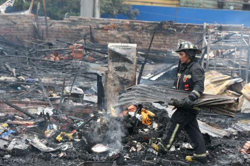 Incendio controlado por los bomberos en Av. Francisco Pizarro en el Rimàc