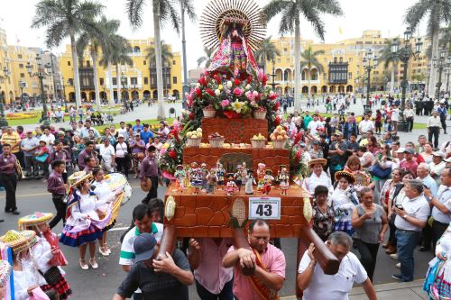 Procesión de imágenes del Cusco en el centro de Lima