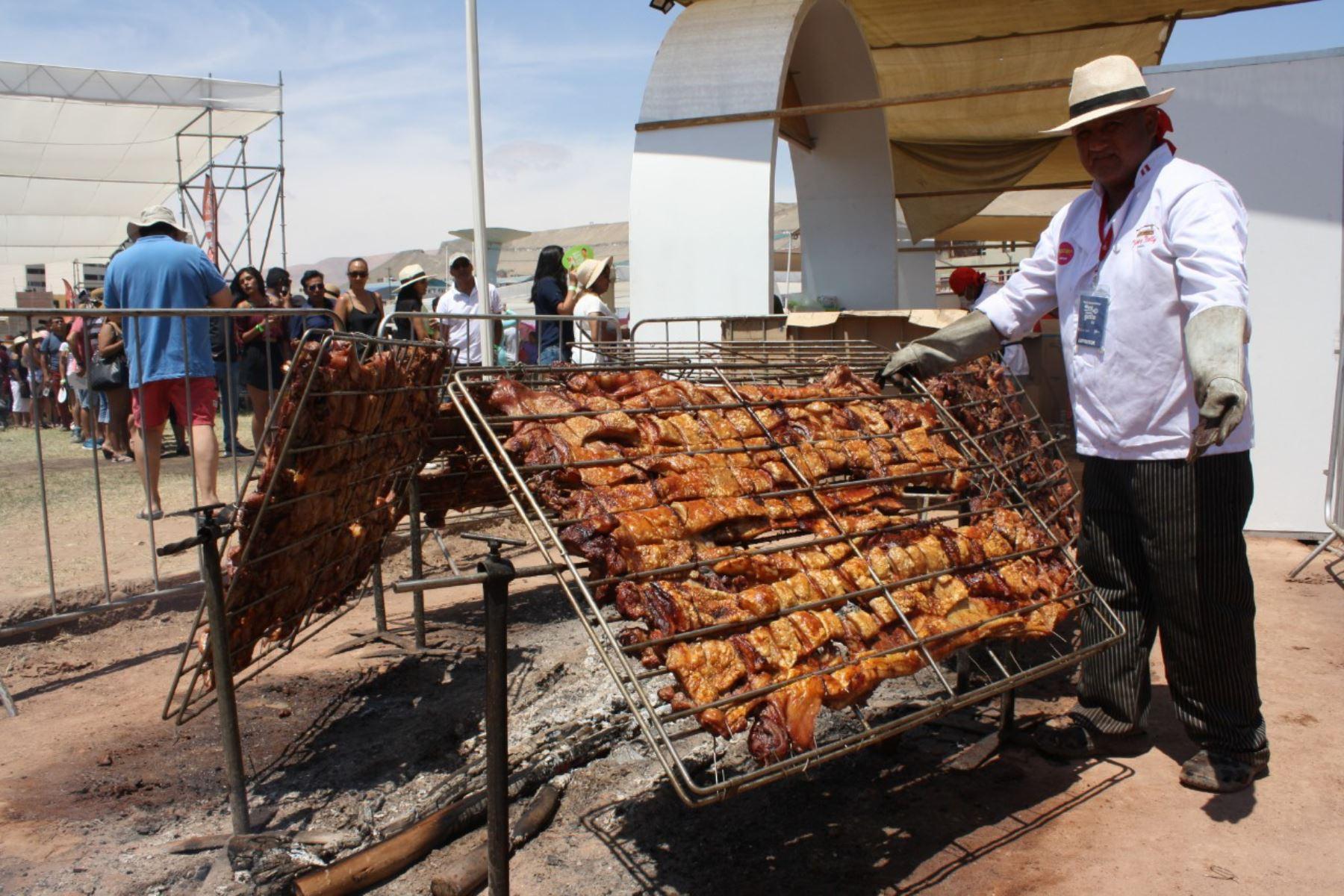 """El chancho al palo fue uno de los platos con mayor demanda en la feria """"Perú, Mucho Gusto"""" en la ciudad de Ilo."""