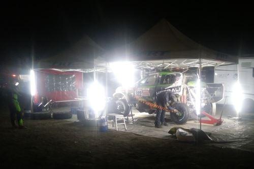 Mecánicos trabajan de noche en el auto de Nicolás Fuchs. Foto: Juan Carlos Cruzado/Andina.