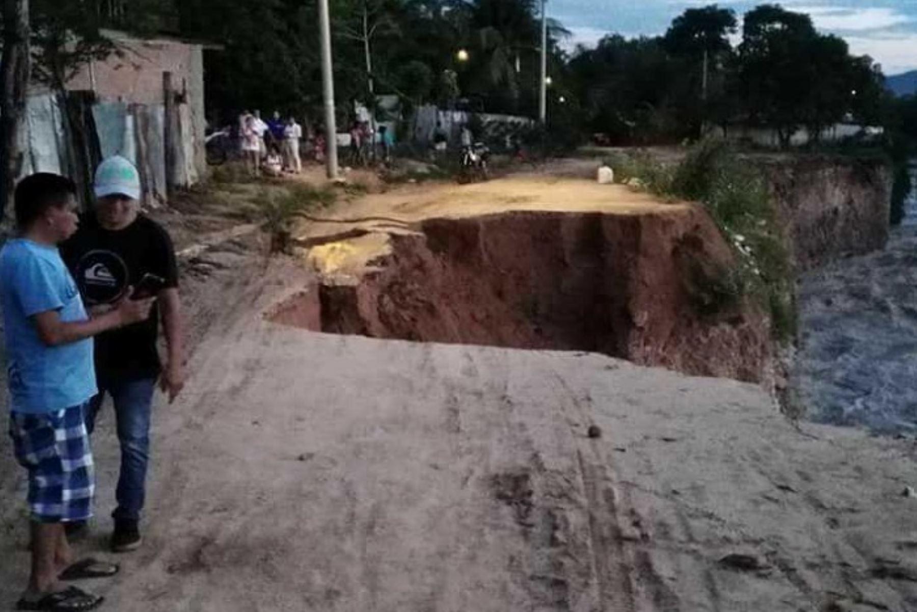 Las intensas lluvias que cayeron en los últimos días en la provincia Mariscal Cáceres, al sur de la región San Martín, destruyeron carreteras vecinales que dejaron aisladas a ocho comunidades donde se produce en gran cantidad el cacao. Los pobladores claman ayuda para poder salvar su producción.