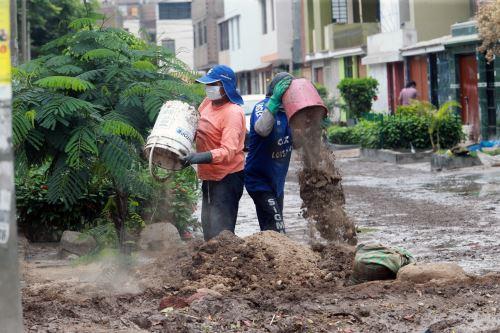 Vecinos de San Juan de Lurigancho continúan con la limpieza tras colapso del desagüe