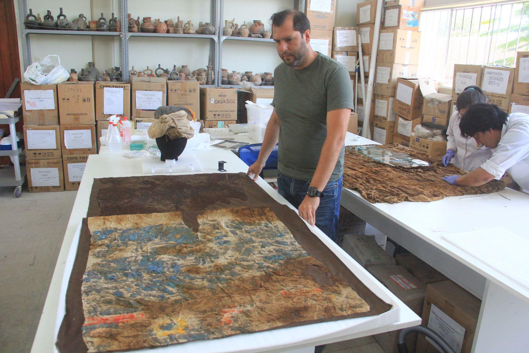 Gabriel Prieto, director del Programa Arqueológico Huanchaco, dirige los trabajos que permitieron el hallazgo de restos de niños sacrificados en Huanchaco. ANDINA/Luis Puell