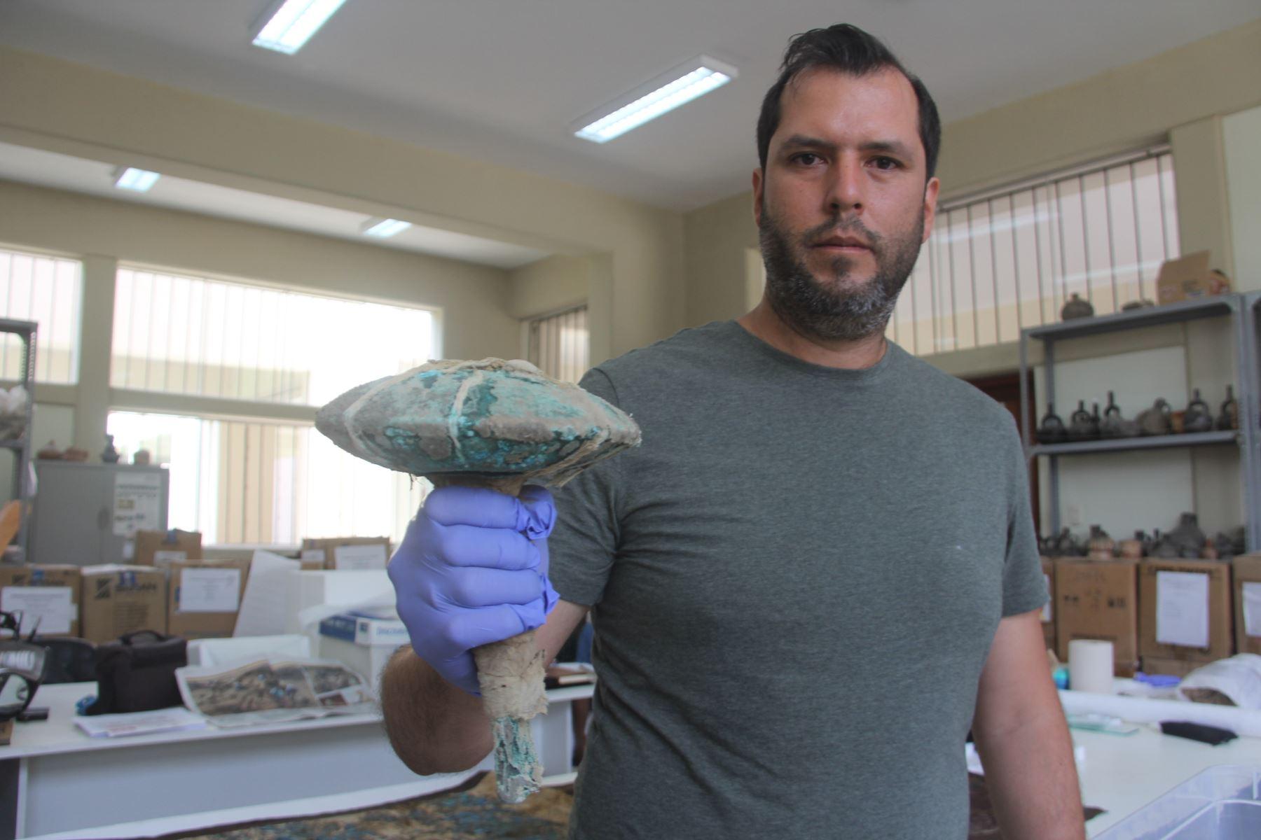 Arqueólogo Gabriel Prieto muestra el mazo con el que habrían sido sacrificados los niños en un ritual de la cultura Chimú. ANDINA/Luis Puell
