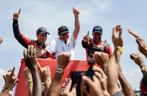 Al-Attiyah levanta la mano en señal de triunfo total en el Dakar 2019.