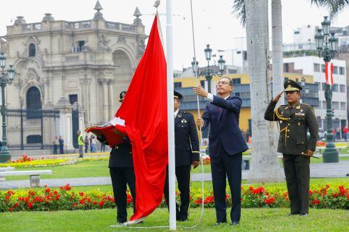 Jefe del Estado participa en la ceremonia de izamiento de la Bandera por el 484 aniversario de Lima