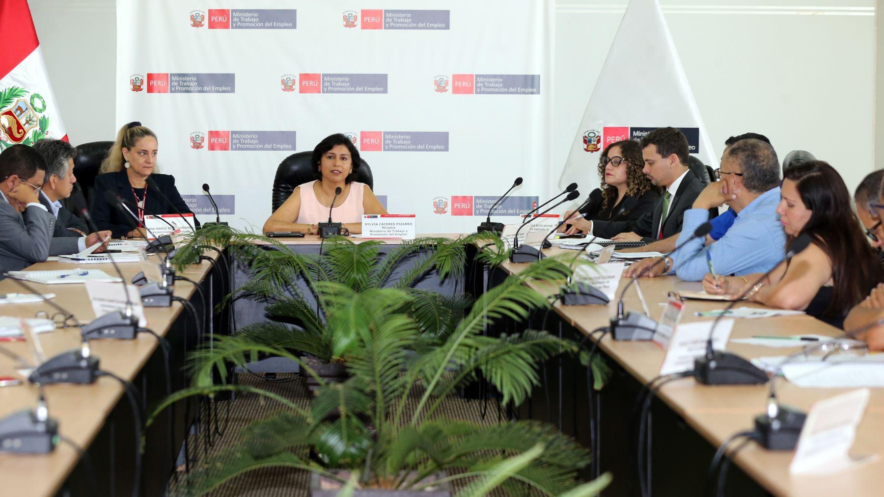 Ministra Sylvia Cáceres Pizarro se reúne con las principales centrales sindicales del país.
