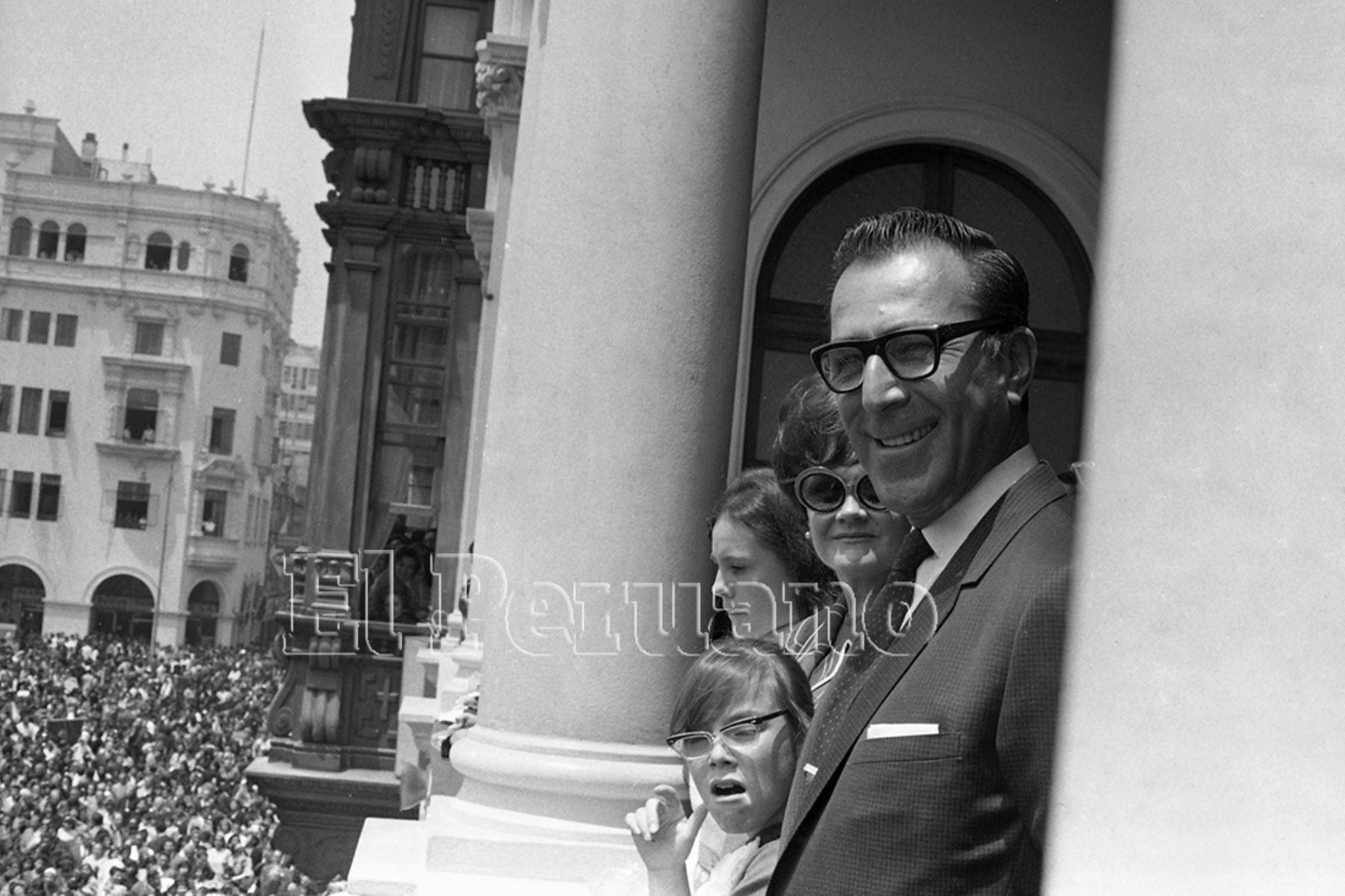 Lima - 18 octubre 1969 / El alcalde de Lima, Luis Bedoya Reyes, rindió homenaje al Señor de los Milagros a su paso por la Plaza de Armas.  Foto: Archivo Histórico de EL PERUANO