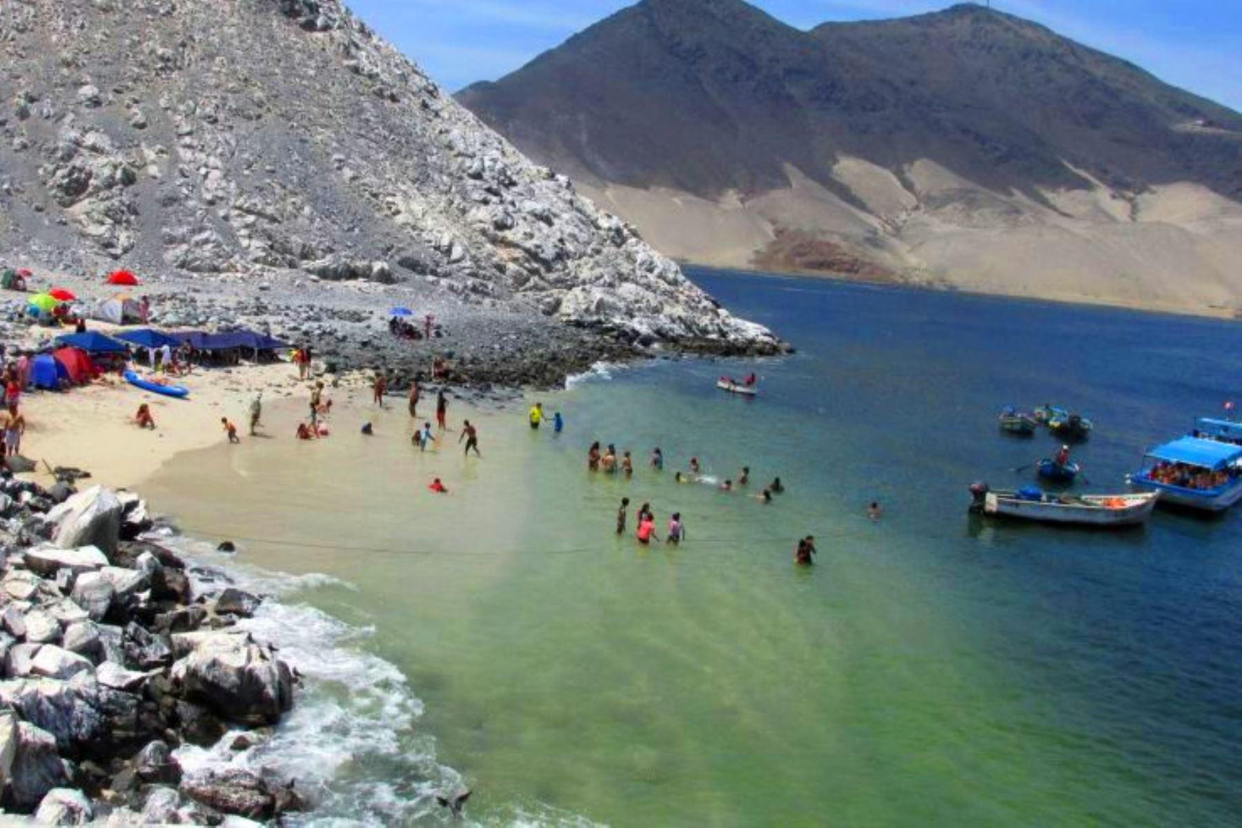 Las Conchuelas es una playa de aguas cristalinas que esconde la isla Blanca de Chimbote, en la región Áncash. Foto: ANDINA/Gonzalo Horna