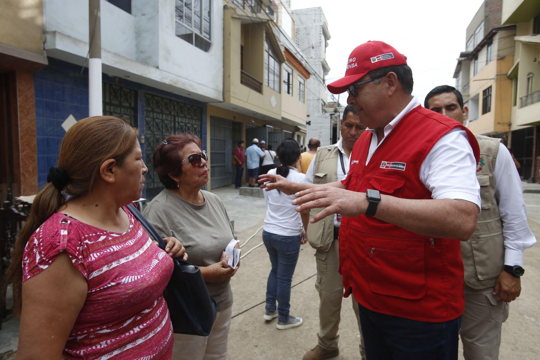 Ministro de Defensa, Jose Huerta Torres inspecciona  las labores de limpieza en la zona del aniego en San Juan de Lurigancho. Foto: ANDINA/Nathalie Sayago