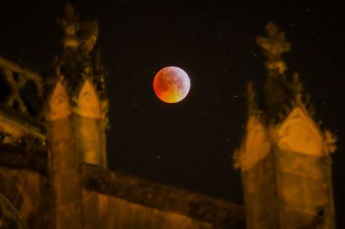 """Fotografía muestra la """"Luna de sangre"""" detrás de la catedral de Tours, Francia Foto: AFP"""