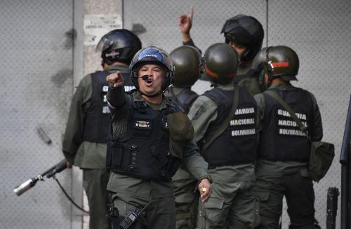 Miembros de la Guardia Nacional Bolivarianalanzan gas lacrimógeno contra manifestantes cerca de la sede de la Guardia Nacional Bolivariana de Cotiza  Foto: AFP